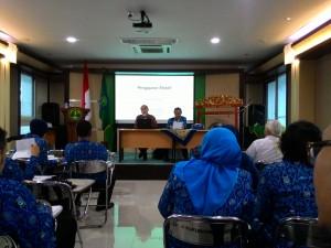 "Ketua KOPERTIS IV, Prof. Abdul Hakim Halim (kiri) menyampaikan materi terkait ""Pengajaran Efektif"" dalam Diklat Prajab dan Applied Aproach YPT Pasundan 2016"