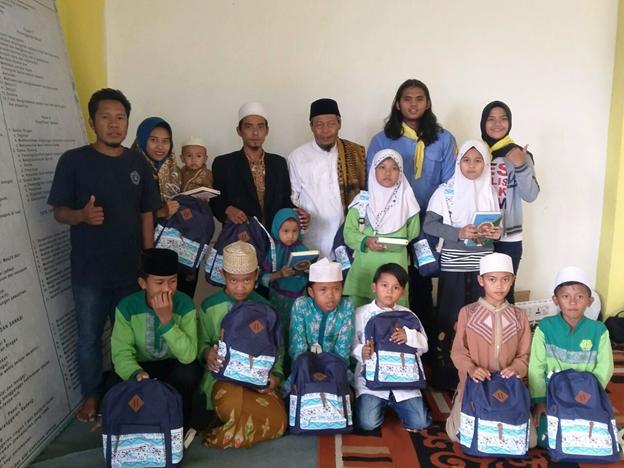 Mapak Alam Unpas menyerahkan bantuan kepada yatim piatu di Pondok Pesantren Aminul Huda di Ciwastra, Bandung